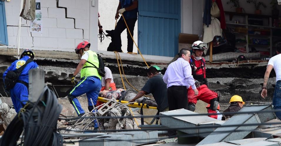 19.set.2017 - Equipe de resgate retira mulher de escombros de prédio que desabou após forte terremoto atingir a Cidade do México