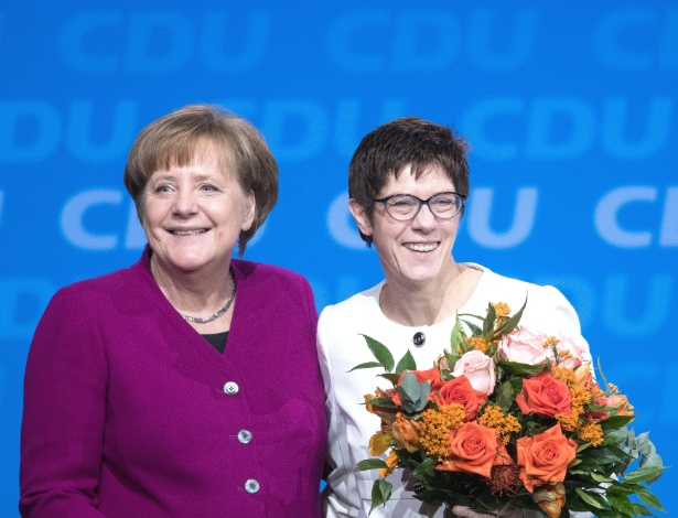 26.fev.2018 - A chanceler alemã Angela Merkl sorri ao lado de Annegret Kramp-Karrenbauer, eleita nova secretária-geral do CDU, durante congresso do partido, em Berlim