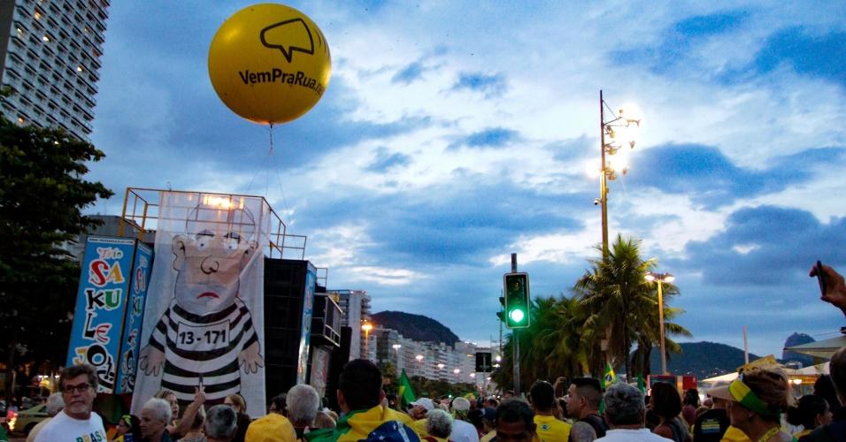 3.abr.2018 - Manifestantes contrários ao ex-presidente Luiz Inácio Lula da Silva fazem ato em Copacabana, na zona sul do Rio de Janeiro