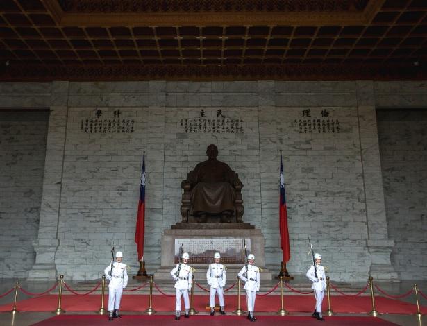 Troca de guarda no Memorial Chiang Kai-shek, em Taipei, Taiwan