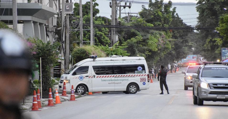 10.jul.2018 -  Ambulância chega a hospital em Chiang Rai, na Tailândia, supostamente carregando membros do time de futebol que ficou preso perna de Tham Luang
