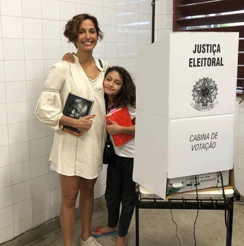 28.out.2018 - A atriz Camila Pitanga votou acompanhada da filha