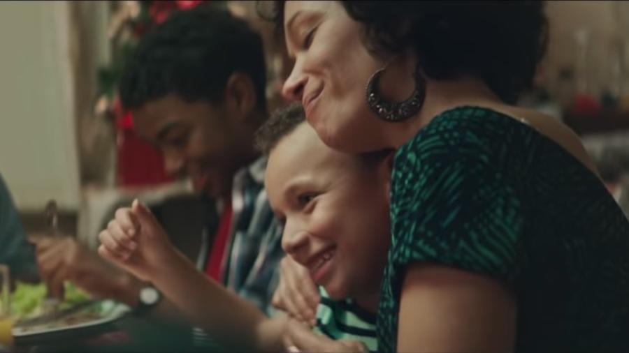 Campanha de Natal da Perdigão mostra família de negros recebendo Chester - Reprodução