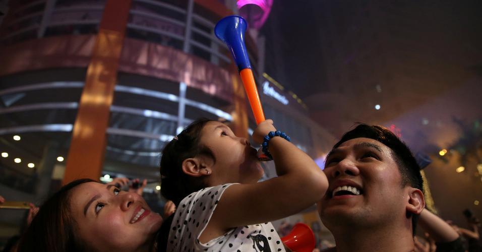 31.dez.2018 - Família comemora virada do ano em Manila, nas Filipinas