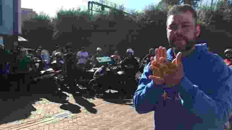 Kleverson Saad foi orientado pela polícia a se mudar de casa, depois de bater em ladrões que tentaram levar a moto dele; hoje ele tenta unir a categoria por melhores condições de trabalho em Londres - Fernanda Odilla/BBC News Brasil