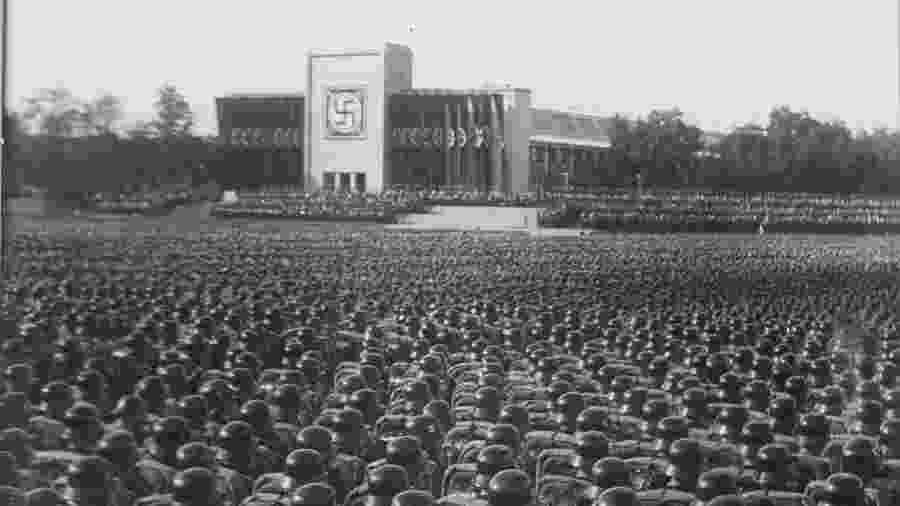 Tropas nazistas reunidas em Nuremberg, na Alemanha, em 1935 - Charles Russell