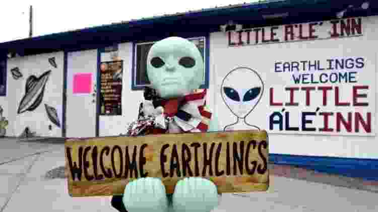 Algumas empresas locais da pequena cidade de Rachel adotaram a associação da Área 51 com a mitologia alienígena - NASA