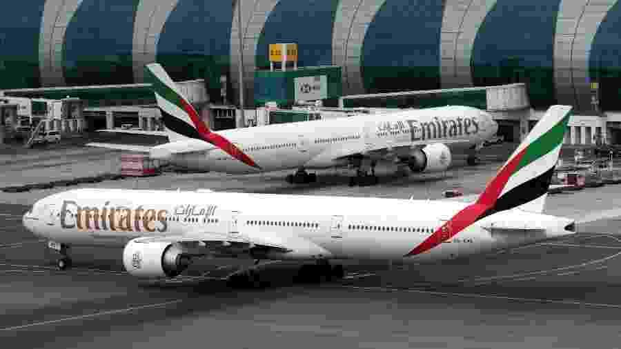 """O chamado Boeing 777X terá partes de sua fuselagem montada pela """"ferramenta de automatização flexível"""", já que robôs não deram conta do serviço sozinhos; na foto, dois 777s da Emirates - Christopher Pike/Reuters"""