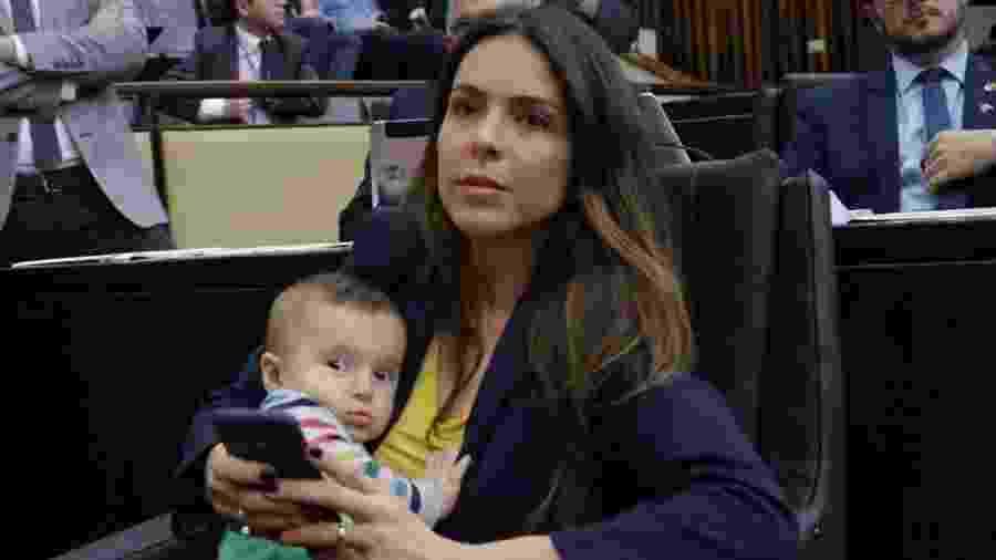 A deputada estadual Any Ortiz com o filho na assembleia - Reprodução/Facebook