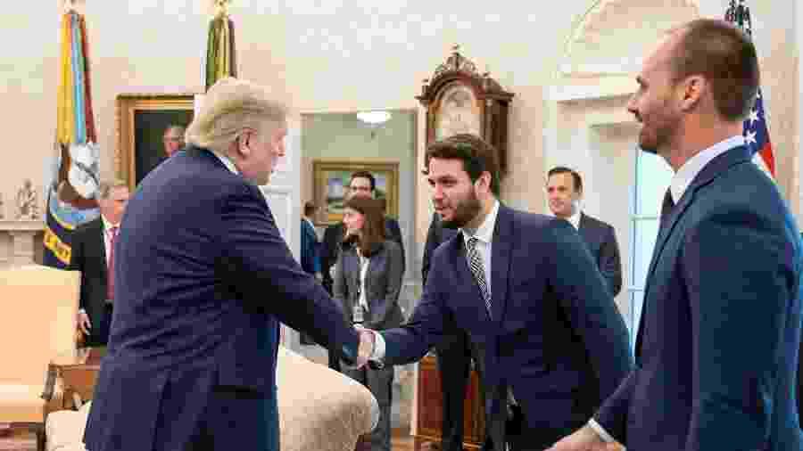 Filipe Martins cumprimenta Donald Trump - Official White House Photo by Joyce N. Boghosian