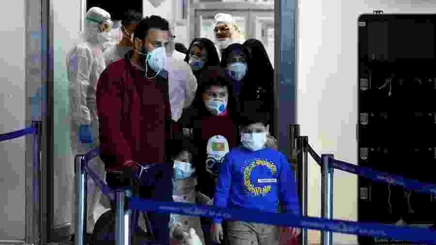 26.fev.2020 - Passageiros usam máscaras protetoras no Irã, após o surto do novo coronavírus - Alaa al-Marjani/Reuters
