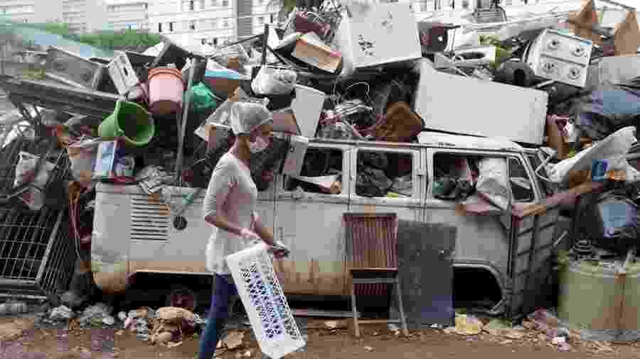 7.abr.2020 - Rita de Souza, integrante da associação de moradores de Paraisópolis (zona sul de São Paulo), volta para casa após entregar comida a moradores mais pobres da comunidade, em necessidade por causa da pandemia do novo coronavírus - Fernando Bizerra/EFE