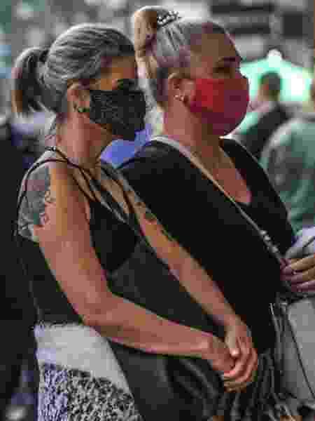 Coronavírus: de máscara, mulheres passeiam no centro de Porto Alegre, no Rio Grande do Sul (RS) - Omar de Oliveira/Fotoarena/Estadão Conteúdo
