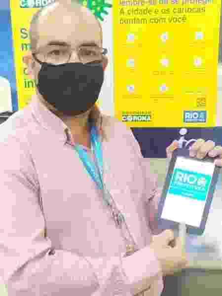 27.mai.2020 - Alexandre Ribeiro, coordenador de suporte da IplanRio, mostra um dos tablets doados pela L´Oréal Brasil - Divulgação / IplanRio