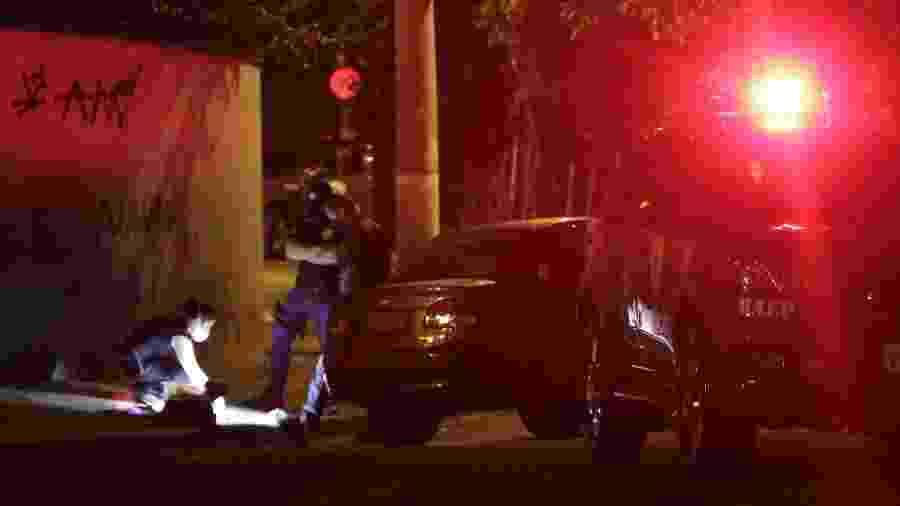 12.jul.2020 - Peritos analisam local onde homem foi morto por PMs do Baep em Campinas (SP) - Denny Cesare/Código19/Estadão Conteúdo
