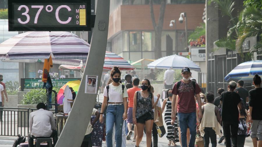 Pedestres enfrentam forte calor na Avenida Paulista, na região central de São Paulo - Fábio Vieira/Fotorua/Estadão Conteúdo
