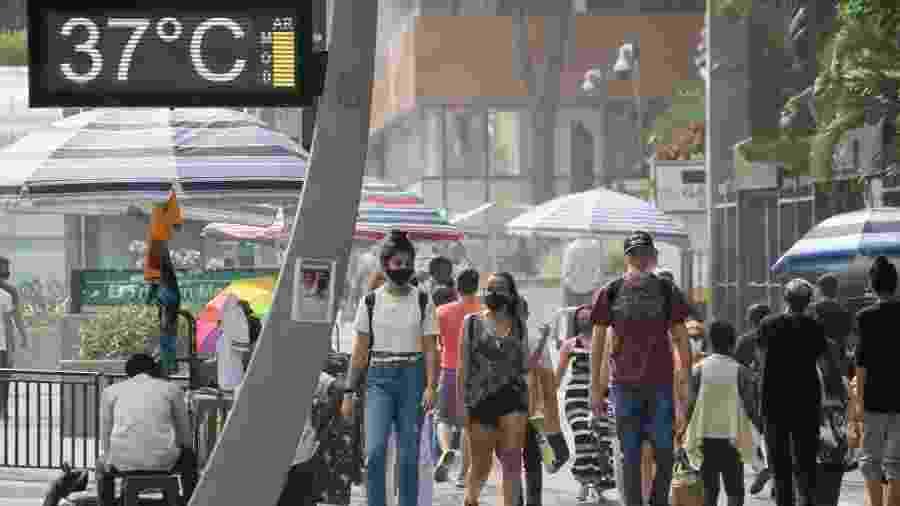7.out.2020 - Termômetro da avenida Paulista, na região central de São Paulo, marca 37ºC em um dos dias mais quentes do ano - Fábio Vieira/Fotorua/Estadão Conteúdo