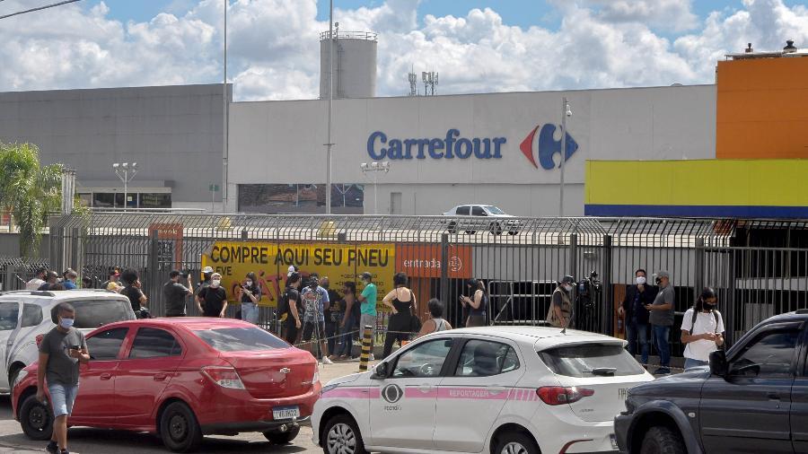 19 nov. 2020 - Manifestantes se concentram em frente ao supermercado da rede Carrefour, em Porto Alegre, onde um homem negro foi espancado e morto por dois seguranças brancos - Gustavo Aguirre/TheNews2/Estadão Conteúdo