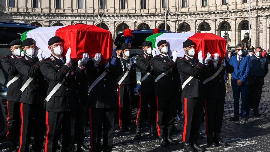 25.fev.2021 - Oficiais carregam caixões do embaixador italiano Luca Attanasio e do policial Vittorio Iacovacci em seus funerais de estado - Vincenzo Pinto/AFP