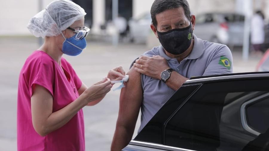 Vice-presidente Hamilton Mourão é vacinado com a segunda dose da CoronaVac em Brasília; membros do governo divulgaram vacinação - Divulgação