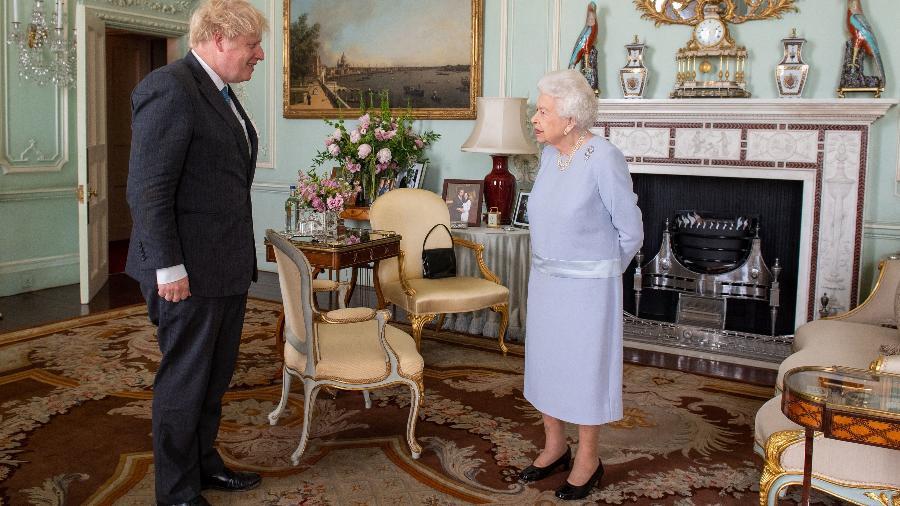 Rainha Elizabeth II tem 1ª audiência semanal presencial com o primeiro-ministro britânico Boris Johnson, desde seu confinamento em março de 2020 devido a pandemia - DOMINIC LIPINSKI/AFP