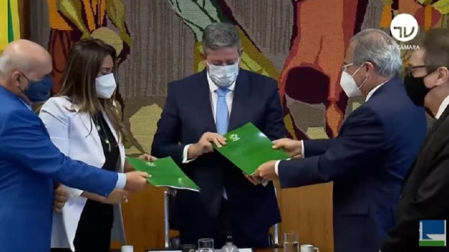 Arthur Lira, presidente da Câmara, recebe do ministro da Economia, Paulo Guedes, proposta de reforma no Imposto de Renda - Reprodução/TV Câmara