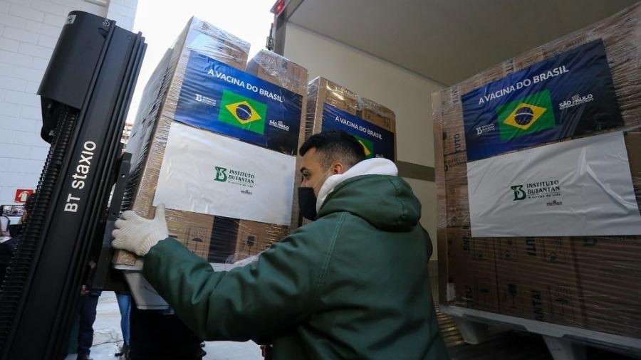 Funcionário do Instituto Butantan carrega caminhão com novo lote da CoronaVac - Divulgação/Governo do Estado de São Paulo