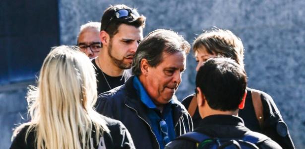 Luiz Eduardo Oliveira e Silva (centro), irmão do ex-ministro José Dirceu, deixa a sede da Polícia Federal em São Paulo - Gabriela Biló/Estadão Conteúdo