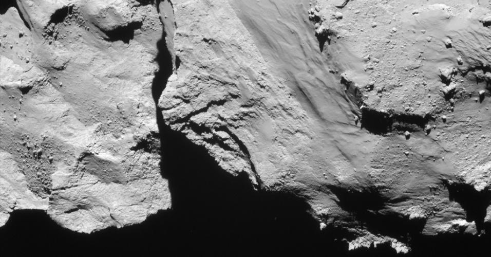 6.ago.2015 - Novembro de 2014 será sempre lembrado pelo o pouso da sonda Philae no Cometa 67P / Churyumov-Gerasimenko. No dia 12 de novembro, a sonda Rosetta implantou o módulo de aterragem, que chegou sete horas mais tarde em Agilkia, nome dado a região em homenagem a ilha do sul do Egito. Esta imagem foi feita pela Rosetta a uma distância de 17,4 km do centro do cometa, cerca de meia hora antes da Philae pousar.  Em 6 de agosto de 2014, a Rosetta iniciou observações detalhadas, incluindo o mapeamento da superfície do núcleo em busca de um local de pouso adequado para sonda Philae