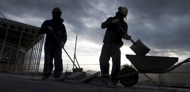 6.out.2015 - Funcionários trabalham em um canteiro de obras do Parque Olímpico, para os Jogos Olímpicos Rio 2016, no Rio de Janeiro