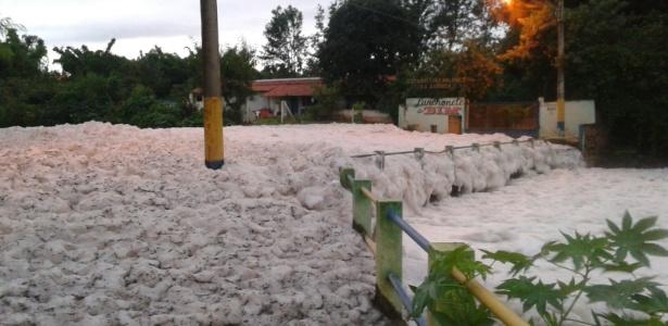 Espuma do rio Tietê invade pontes e ruas na cidade de Salto (SP) em novembro de 2015