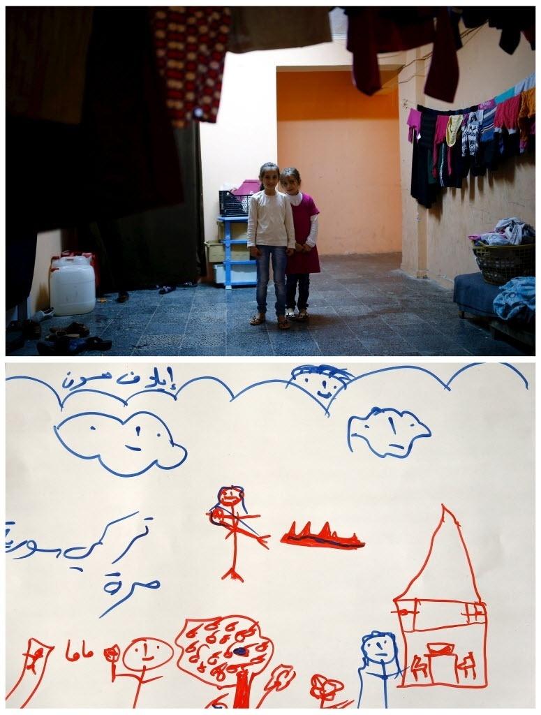 """Desenho da garotinha Ilaf Hassun, 9, refugiada síria que vive no campo de refugiados de Yayladagi, na província de Hatay, perto da fronteira turco-síria, Turquia, mostra uma mãe carregando a filha morta para uma sepultura. Na escrita em árabe lê-se: """"A Turquia e a Síria estão livres."""" A guerra civil na Síria, que já deixou centenas de milhares de mortos, empurra outros tantos para o exílio, entre muitos deles crianças. Os desenhos das crianças do acampamento mostram memórias de suas casas, traumas vividos e esperanças para o seu futuro. Dos 2,3 milhões de refugiados sírios que vivem na Turquia, mais da metade são crianças"""