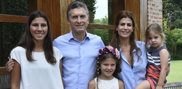 Presidente da Argentina, Mauricio Macri, acompanhado de sua mulher, Juliana, e de sua filha Antonia posa com as filhas do promotor morto Alberto Nisman, Iara (esq.) e Kala (centro)