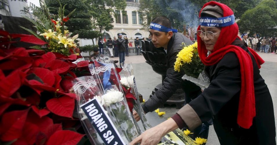 19.jan.2016 - Ativistas vietnamitas pró-China carregam flores e incensos durante manifestação em Hanoi que celebra o 42º aniversário da ocupação chinesa das Ilhas Paracel. O território, localizado no Mar da China Meridional, é ocupado por tropas chinesas desde 1974