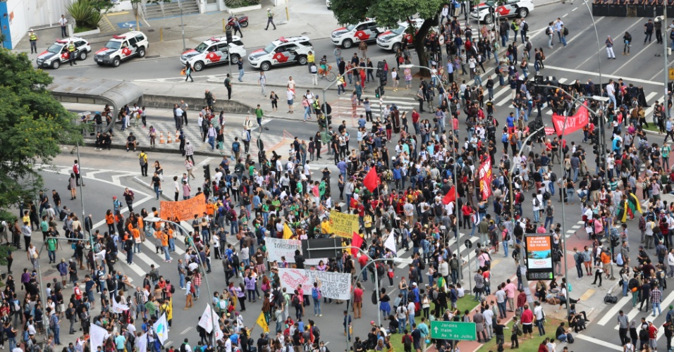 19.jan.2016 - Protesto começou a ganhar corpo no fim da tarde em São Paulo. Manifestantes querem redução da tarifa do transporte público na cidade - o valor das passagens passou de R$ 3,50 para R$ 3,80