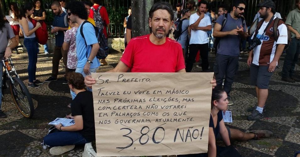 26.jan.2016 - O manifestante Rogério Loro, 45, ironizou fala que considera