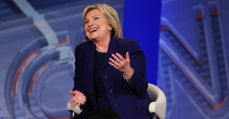 4.fev.2016 - A pré-candidata democrata à presidência dos EUA Hillary Clinton fala durante sabatina feita pela rede norte-americana CNN em Derry, no Estado de New Hampshire. Hillary e seu rival do partido Democrata, Bernie Sanders, foram sabatinados durante campanha pelas primárias do partido, que serão realizadas em 9 de fevereiro
