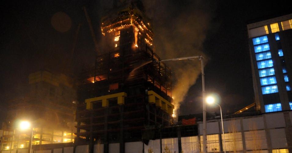 13.fev.2016 - Ainda em construção, o prédio que, quando concluído, será o mais alto da Ásia Central - o Abu Dhabi Plaza - queima em chamas em Astana, Cazaquistão