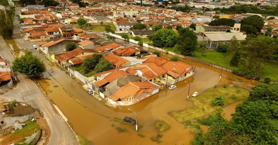 5.mar.2016 - A região do parque das Nações, em Atibaia, no interior de São Paulo, ficou com trechos completamente alagados devido às fortes chuvas dos últimos dias