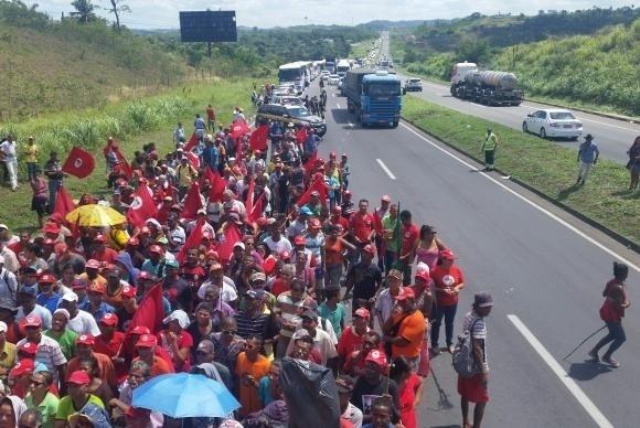 16.abr.2016 - Militantes do MST (Movimento dos Trabalhadores Sem Terra) bloquearam na manhã deste sábado a BR-324 no sentido Salvador para protestar contra o impeachment da presidente Dilma Rousseff. Após o desbloqueio, os integrantes  seguiram para o Farol da Barra, na capital baiana, onde pretendem permanecem em vigília até o domingo