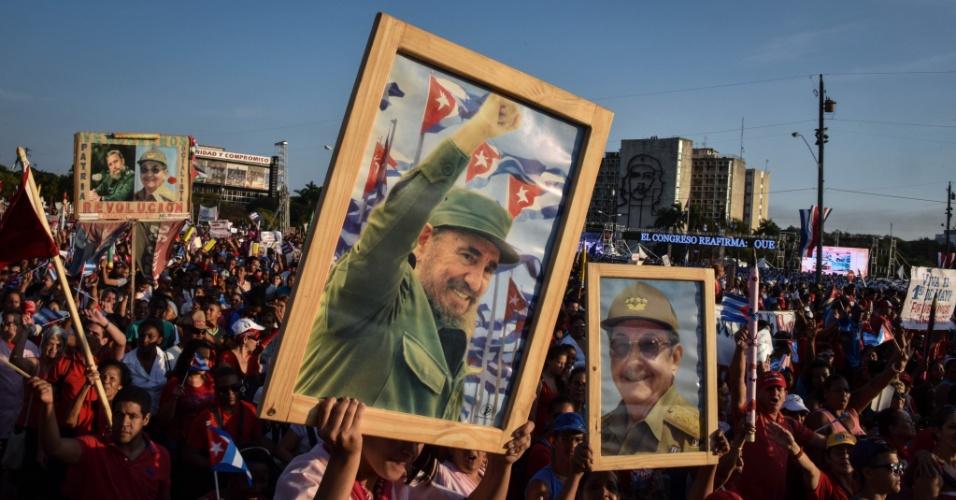 """1º.mai.2016 - Cubanos exibem imagens do ex-presidente Fidel Castro e do atual presidente, Raul Castro, durante o desfile do Dia do Trabalho em Havana, Cuba. Os sindicalistas do país manifestaram apego """"irrenunciável"""" aos ideais da Revolução de 1959 apesar do novo cenário após o restabelecimento das relações com os Estados Unidos"""