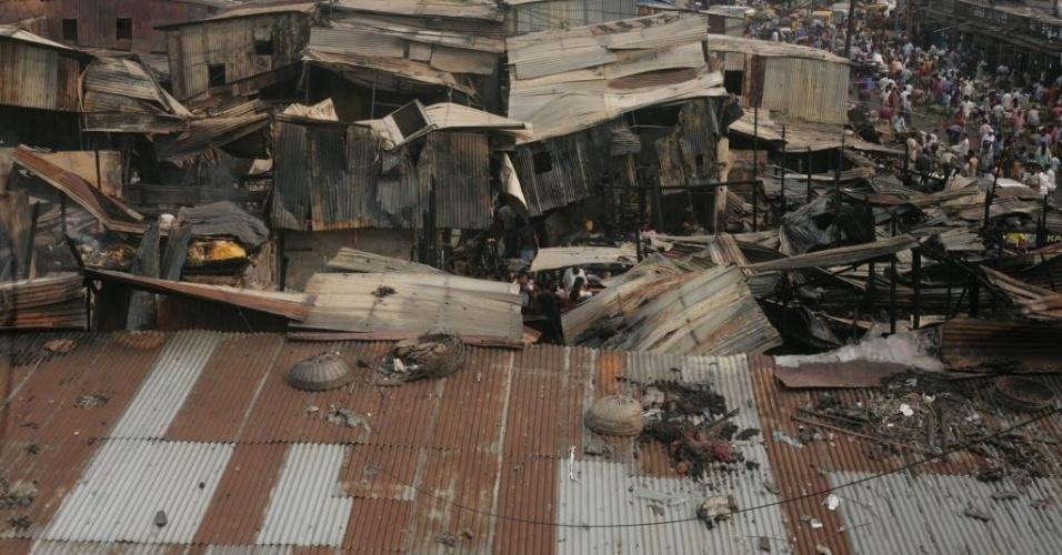 2.mai.2016 - Lojas ficam estruídas após um grande incêndio em um centro comercial em Karwan Bazar Dhaka, Bangladesh. O fogo destruiu as lojas na noite de domingo