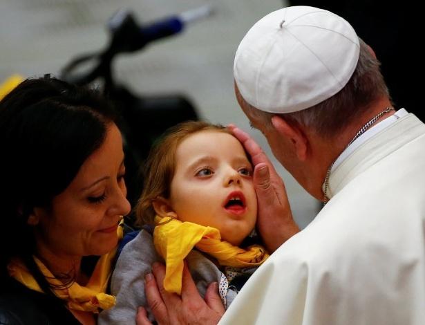 Francisco abençoa criança em missa no Vaticano com a participação da ONG italiana Doctors with Africa, que promove cuidados com a saúde de populações africanas