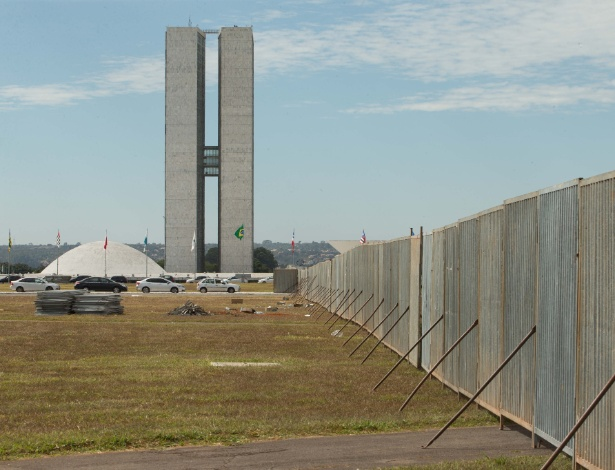 O muro do impeachment na Esplanada dos Ministérios, utilizado para dividir manifestantes pró e anti-governo