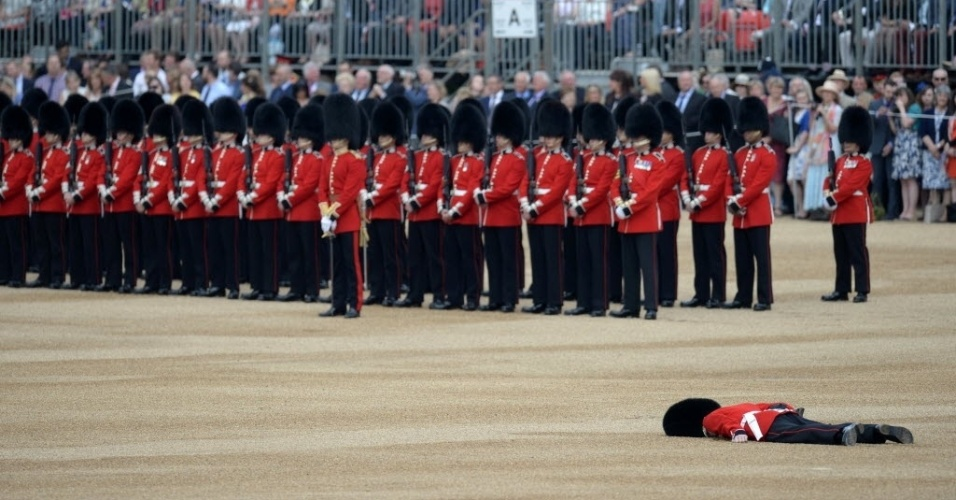 """11.jun.2016 - Um soldado da Guarda Real Britânica desmaiou durante a parada em comemoração ao aniversário da rainha, em Londres. O """"Trooping The Colour"""" é uma cerimônia militar celebrando o aniversário  oficial do soberano do Reino Unido"""