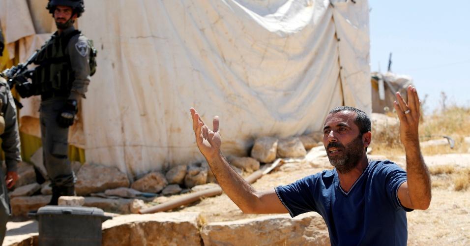 19.jun.2016 - Palestino reage com indignação ao ver que tropas israelenses planejavam demolir um galpão nos arredores de Yatta, no território ocupado da Cisjordânia