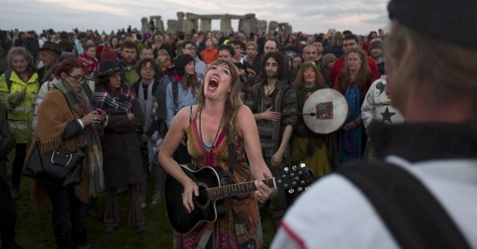 21.jun.2016 - Pessoas festejam o solstício de verão, dia mais longo do ano que marca o início do verão no hemisfério norte, em Stonehenge, no sul da Inglaterra