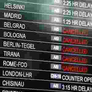 29.jun.2016 - O aeroporto internacional de Istambul, alvo de um atentado suicida que deixou pelo menos 36 mortos e mais de 100 feridos nesta terça-feira (28), reabriu após ficar fechado por cerca de cinco horas. No entanto, há poucos voos previstos - a maioria deles foi cancelada ou está atrasada. Segundo o painel do aeroporto, poucos voos já aterrissaram ou se preparam para o decolagem, tanto no terminal internacional como no doméstico - Osman Orsal/Reuters