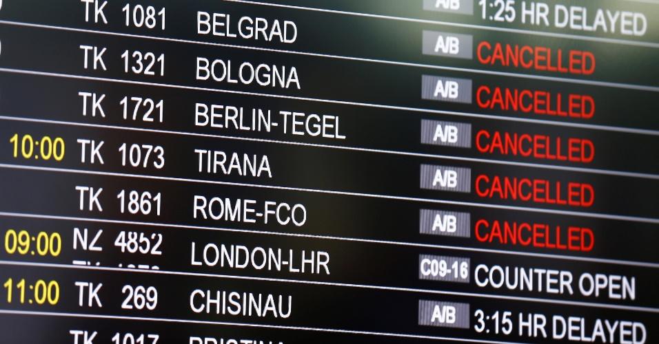 29.jun.2016 - O aeroporto internacional de Istambul, alvo de um atentado suicida que deixou pelo menos 36 mortos e mais de 100 feridos nesta terça-feira (28), reabriu após ficar fechado por cerca de cinco horas. No entanto, há poucos voos previstos - a maioria deles foi cancelada ou está atrasada. Segundo o painel do aeroporto, poucos voos já aterrissaram ou se preparam para o decolagem, tanto no terminal internacional como no doméstico