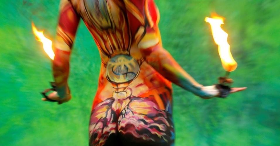 1º.jul.2016 - Tem até fogo no do Festival Mundial de Bodypainting, em Poertschach, Áustria. Além da experiência de ver as pinturas nos modelos, os participantes aproveitam apresentações musicais, performances e DJs internacionais